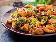 Пържено пилешко филе на хапки в сладко кисел сос Пекин със захар, оризов оцет и кетчуп
